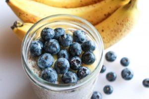 Боровинки, банани и кисело мляко